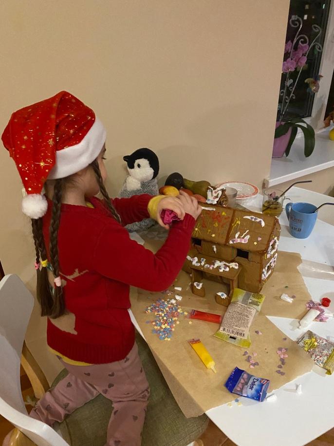 Monki making gingerbread house1
